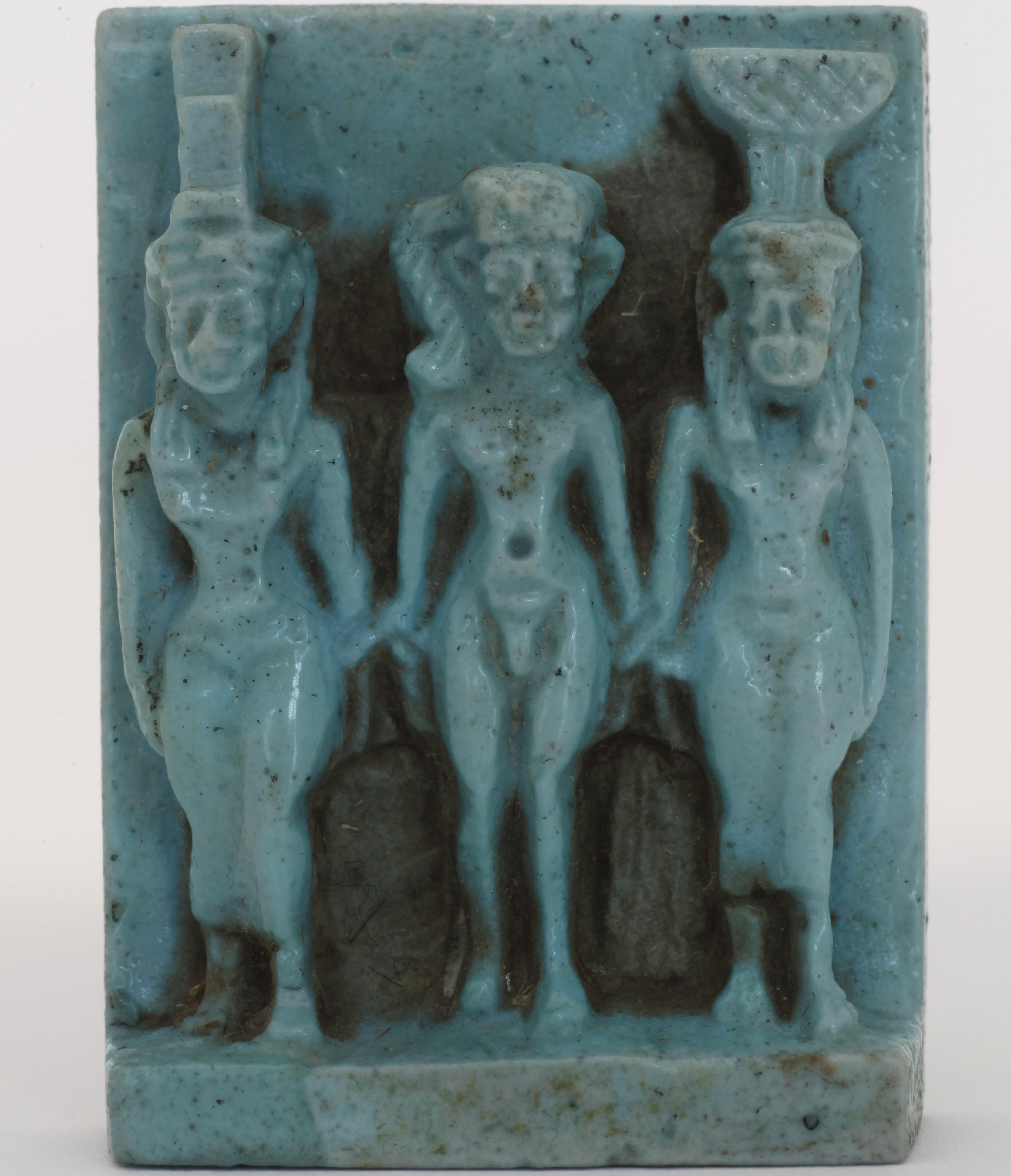 Eine Aufnahme zeigt das kleine Amulett mit drei Göttern, die Göttertriade