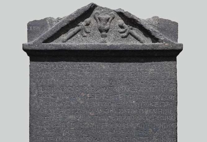 Das Foto zeigt eine ägyptische Stele mit Weihinschrift