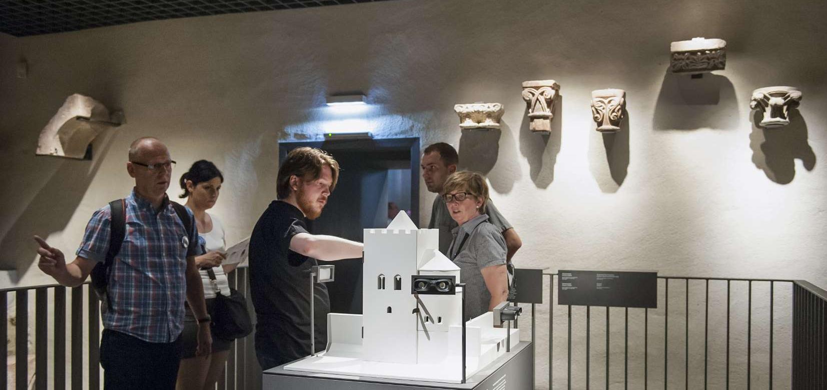 Museumsbesucher betrachten eine Bauskulptur