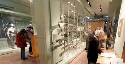 Besucher betrachten die Waffen der Sammlung Fellner