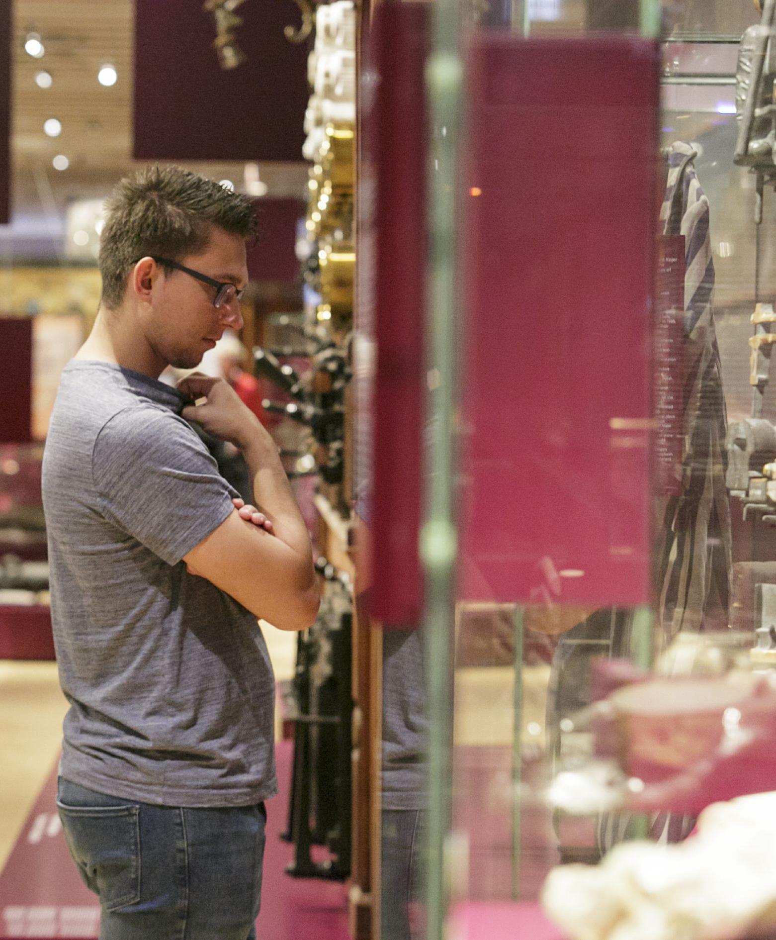 Junger Mann betrachtet Ausstellungsstücke in 100xFrankfurt
