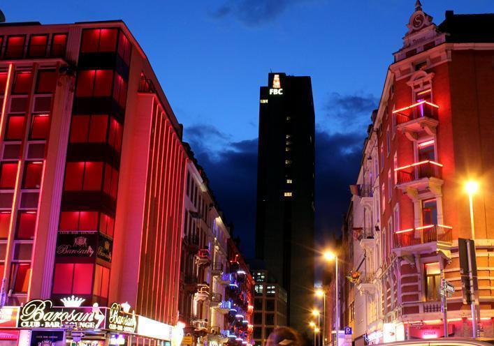 Das Foto zeigt die Elbestraße bei Nacht mit den Leuchtreklamen der Spielkasinos und Bordelle