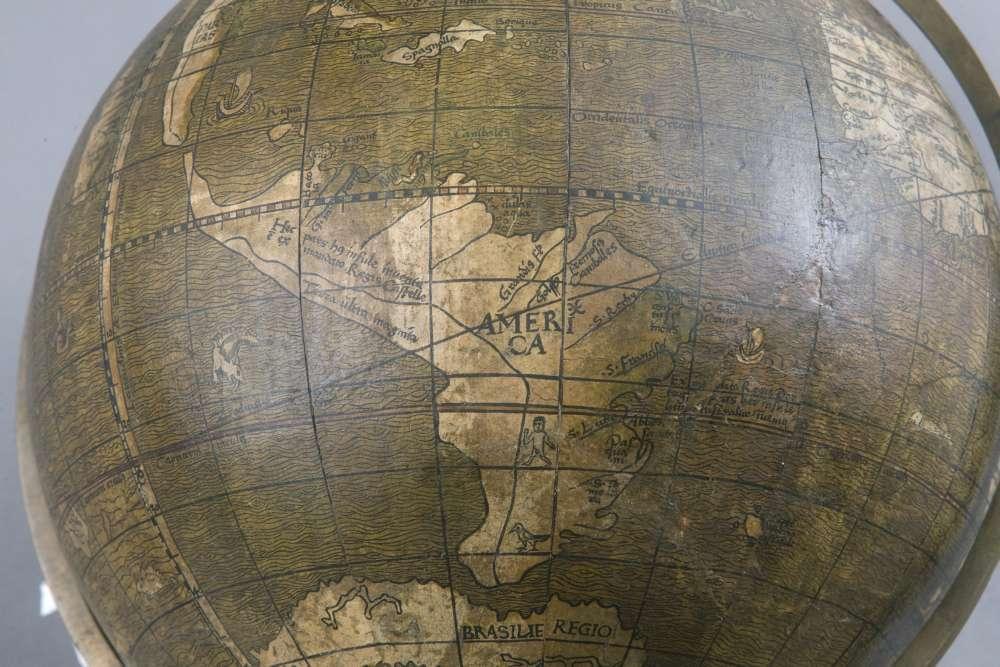 Ein Foto zeigt den Eintrag Amerika auf dem Globus von Johannes Schöner aus dem Jahr 1515