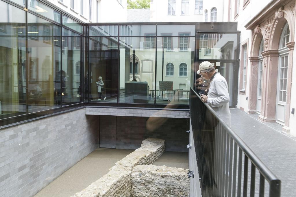 Besucher auf der Galerie zum Stauferhafen © HMF Stefanie Kösling