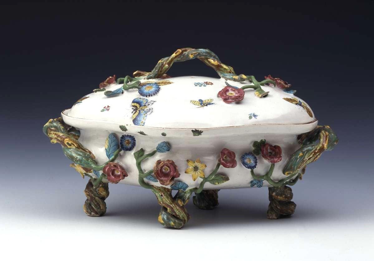 Ein Foto einer Porzellanschale mit Blumenranken und Blüten zeigt ein kostbares Stück aus der Sammlung des Porzellan Museums
