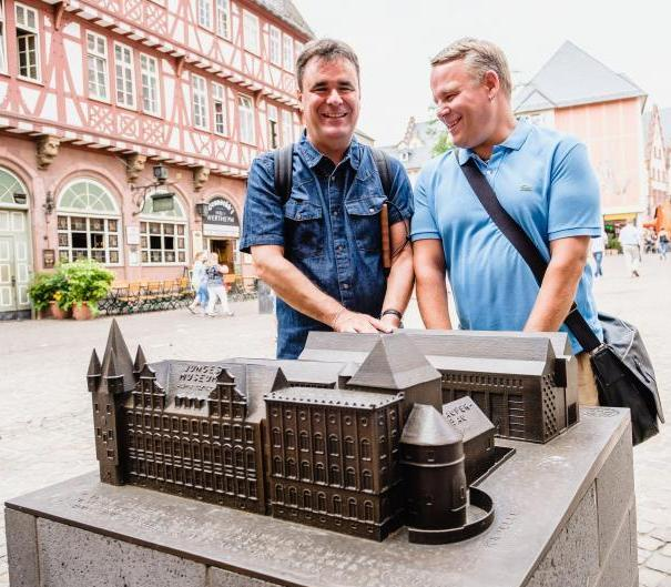 Zwei Männer mit Sehbehinderung am Tastmodell des Museums