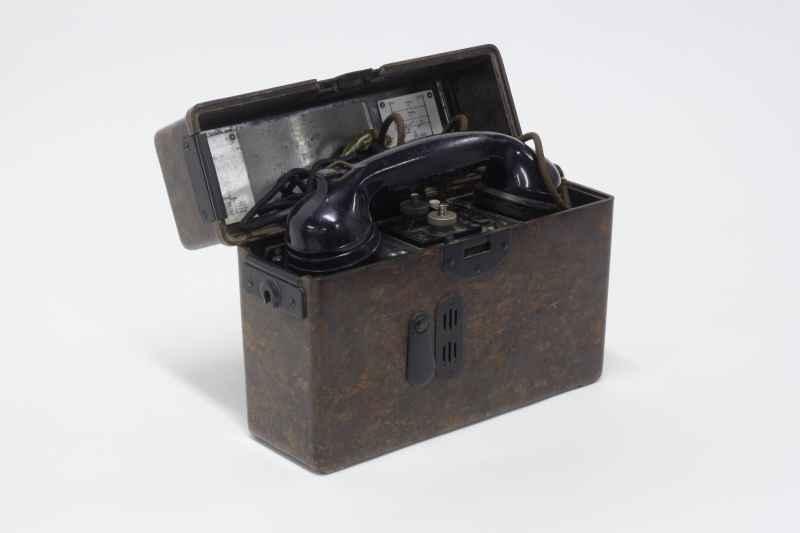 Das Foto zeigt ein Feldtelefon aus der Sammlung Eva Stille als Anspielung auf den Service, für Museumsbesucher
