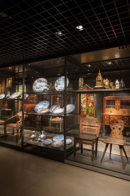 Das Foto zeigt Keramik und Möbelstücke aus der Sammlung Heyman
