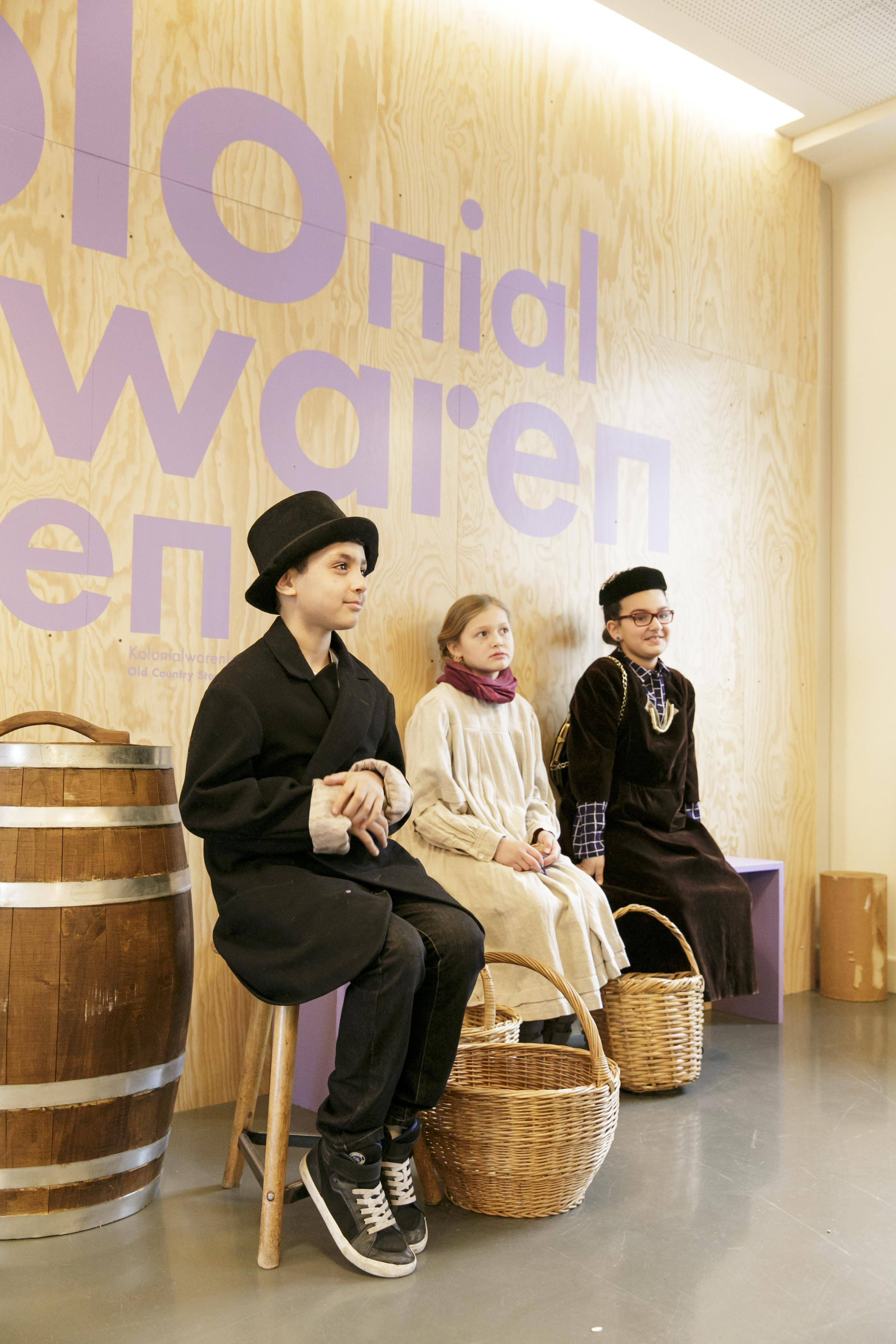 Das Foto zeigt Kinder im Kolonialwarenladen des Jungen Museums