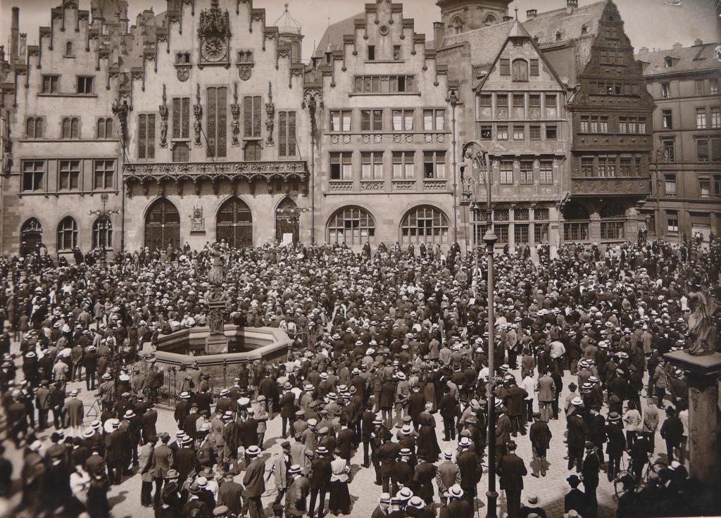 Fotografie Kundgebung auf dem Römerberg anlässlich der Beerdigung von Rosa Luxemburg am 13-06-1919 © HMF