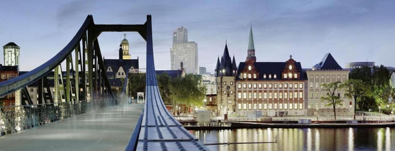 Blick vom Eisernen Steg auf das historische museum frankfurt