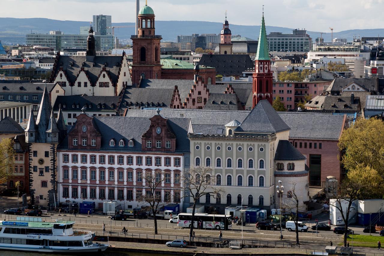 Das Foto zeigt die Fassade des Altbaus mit den Gebäuden aus verschiedenen Jahrhunderten