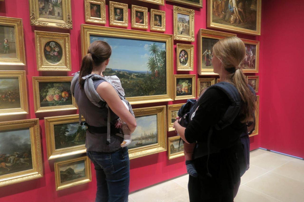 Das Bild zeigt zwei Frauen mit Babys in der Ausstellung des Sammlermuseums