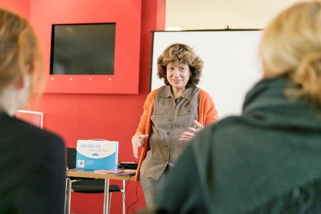 Das Foto zeigt Petra Blochius, Geschäftführerin der Frankfurter Stiftung für Gehörlose und Schwerhörige