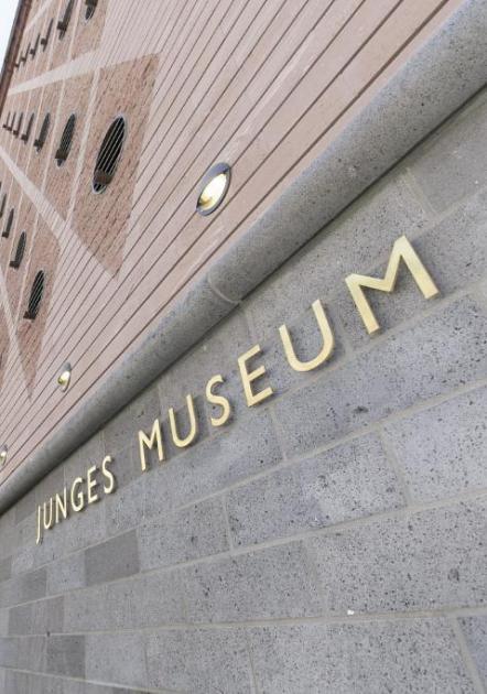 Das Foto zeigt den Eingang zum Jungen Museum am Museumsplatz